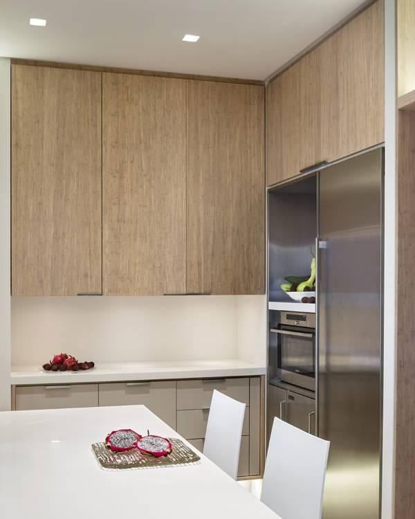 Красивый интерьер маленькой кухни - фото с холодильником