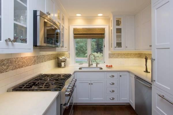 Стильный дизайн маленькой кухни 10 кв м со встроенной мебелью