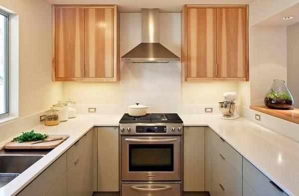 Двухцветный дизайн кухни в малогабаритной квартире - фото