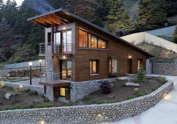 Двухэтажный деревянный дом и каменный цоколь на фото