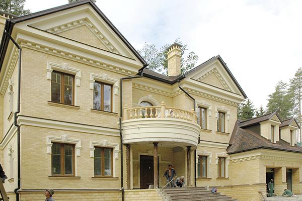 Фасад домов с отделкой полиуретановой лепниной