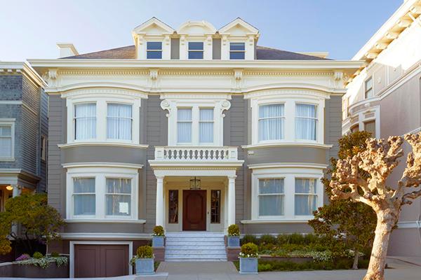 Стильный фасадный декор в классическом стиле на фото
