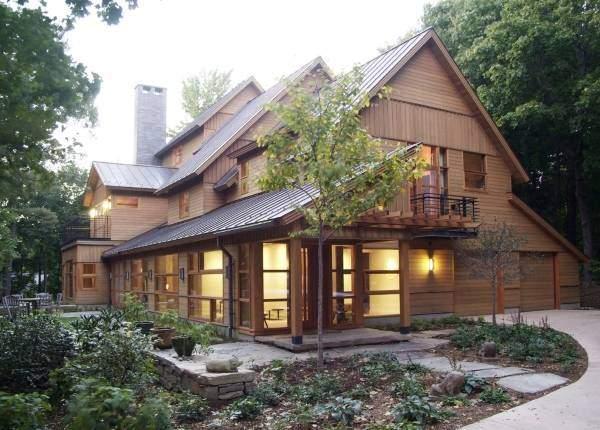 Большой деревянный дом - фото снаружи с сайдингом