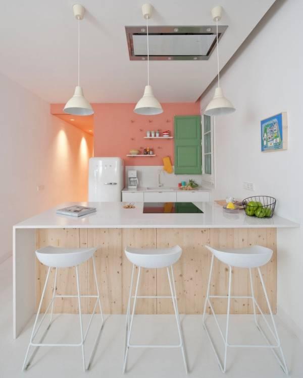 Интерьер маленькой кухни, объединенной с гостиной квартиры