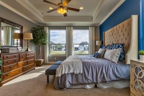 Интерьер спальни в современном стиле в бежевом и синем цвете