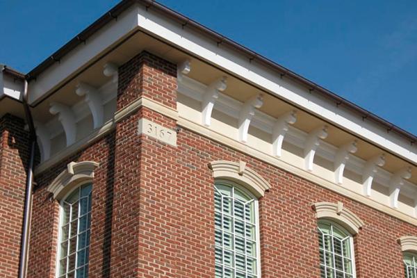 Красивая фасадная лепнина под крышей дома на фото