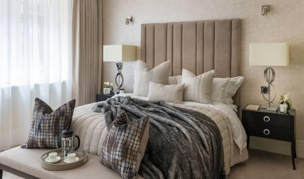 Интерьер спальни в современном стиле и роскошным декором