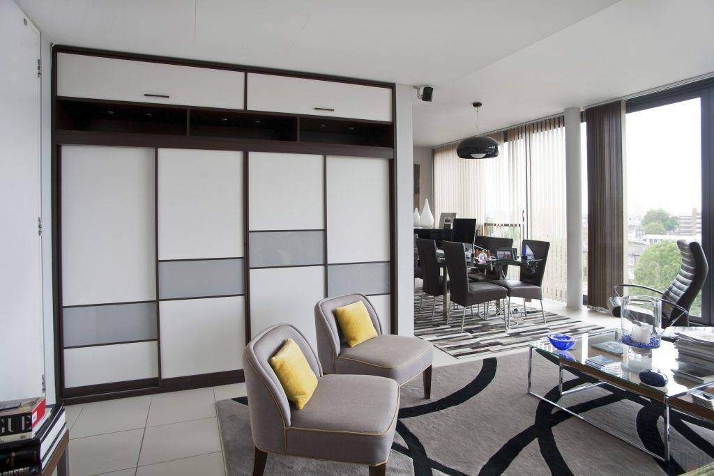 Красивый шкаф-купе с 4 дверями в дизайне гостиной