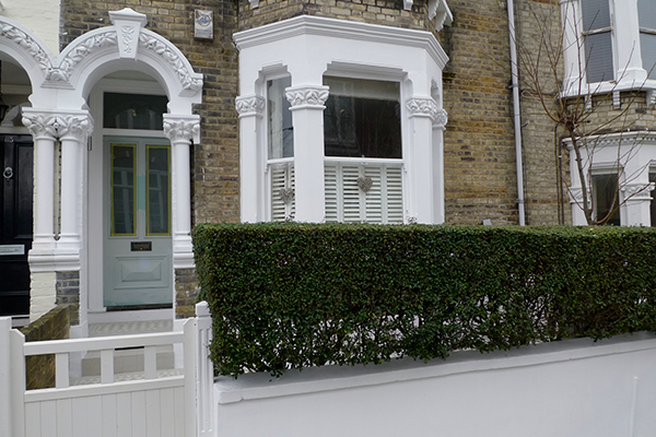 Красивая лепнина для фасада из полиуретана на фото