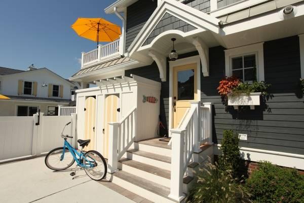 Красивый фасадный декор из полиуретана на крыльце дома