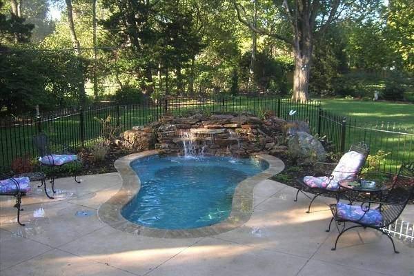 Маленький бетонный бассейн - фото с плиткой на полу