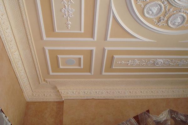 Карнизы и молдинги из пенопласта на потолке - фото