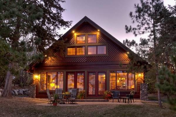 Красивые покрашенные деревянные дома - фото отделки фасада