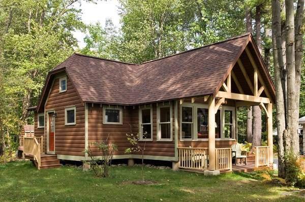 Красивая покраска фасада деревянного дома в коричневый цвет
