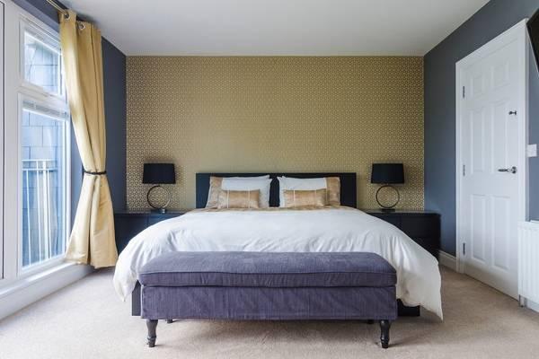 Интерьер спальни в современном стиле и желто-синих тонах