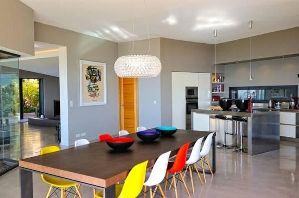 Яркий модный декор в интерьере кухни на фото