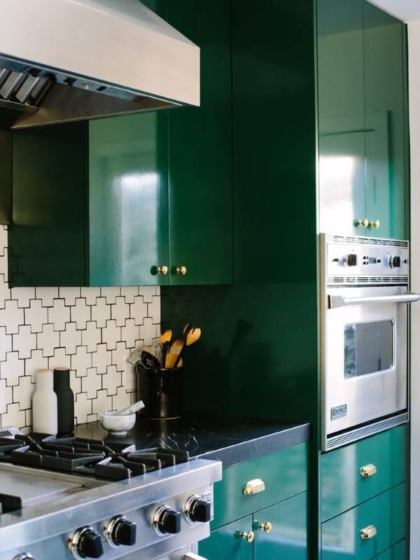 Ступка, бутылки и посуда как декоративные предметы интерьера кухни