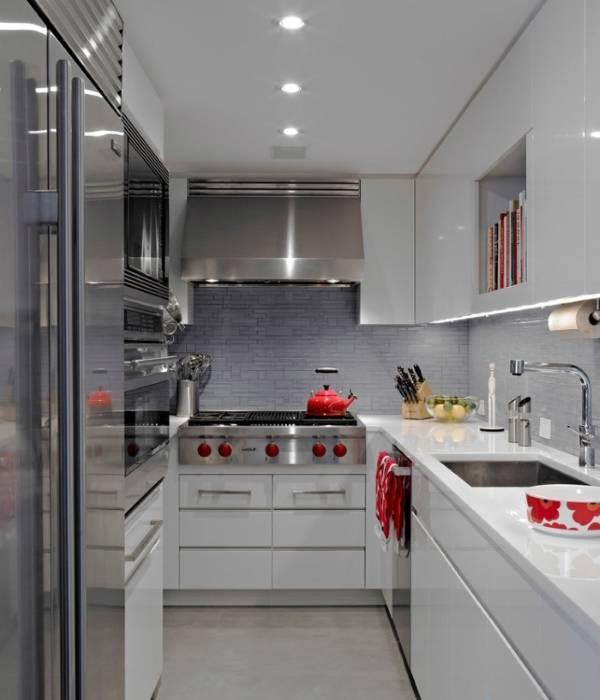 Стильная кухня 5 кв м с белой мебелью и натяжным потолком