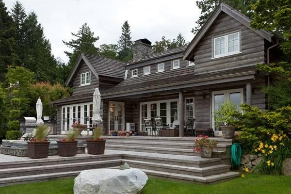 Фото фасадов деревянных домов - старый дом из бруса