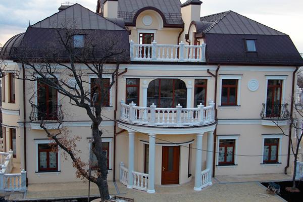 Фасадный декор из полиуретана в дизайне загородной виллы