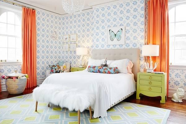 Современная спальня с яркими узорчатыми обоями