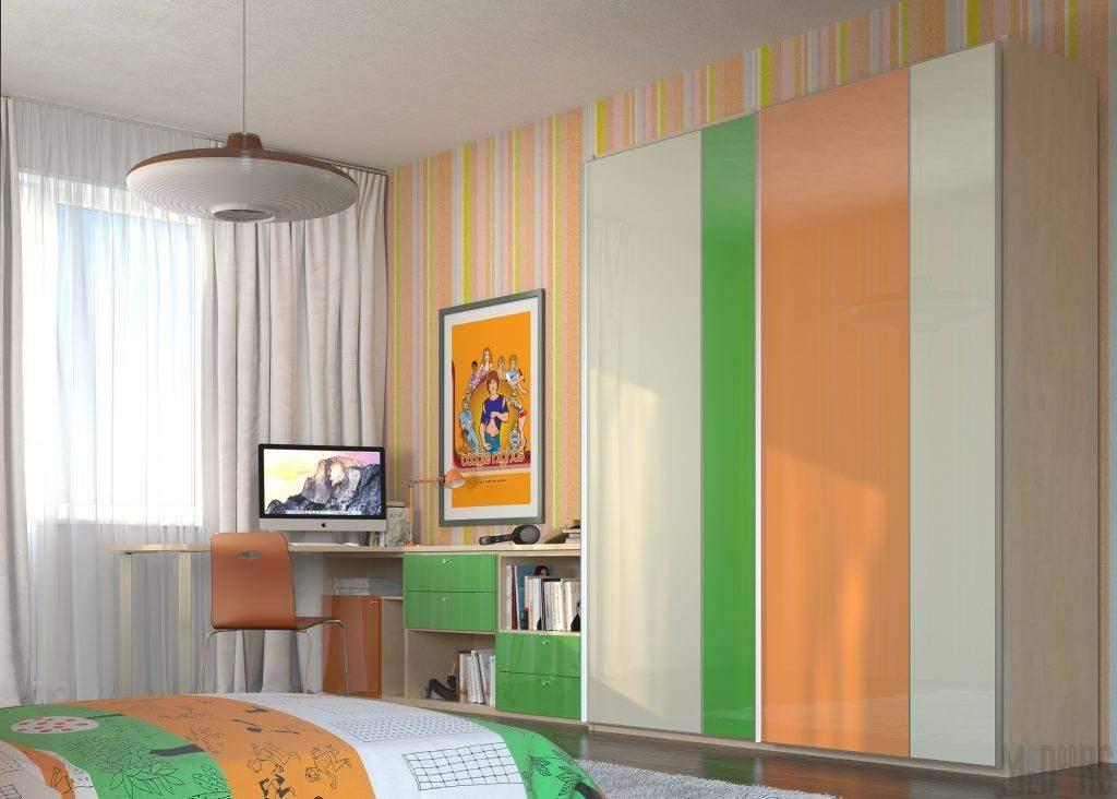 Яркий шкаф-купе для детской комнаты