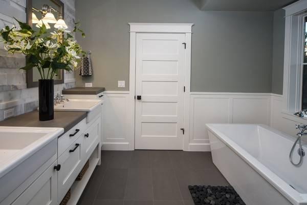Светлые двери и темный пол в интерьере - фото ванной