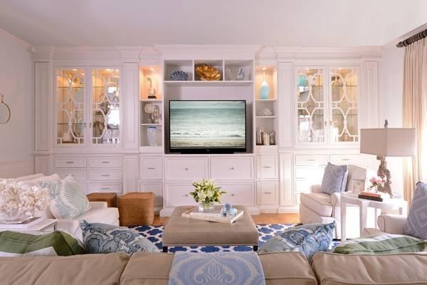 Белые шкафы витрины стеклянные для гостиной