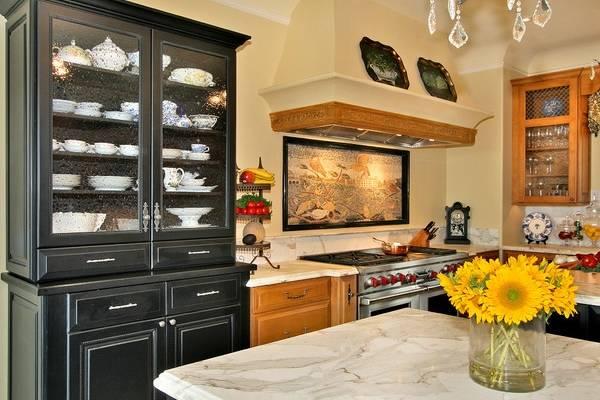 Черный буфет для посуды в интерьере кухни