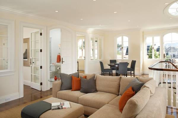 Сочетание серого и оранжевого в интерьере гостиной