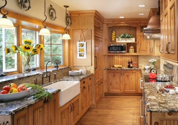 Оформление эркерного окна на кухне в деревенском стиле
