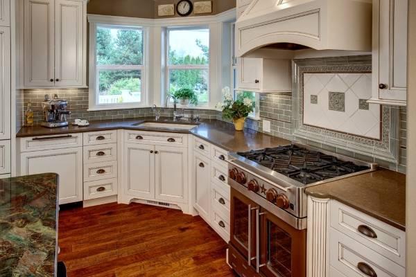 Дизайн кухни с эркерным окном и раковиной под ним