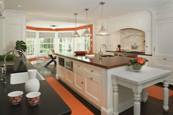 Эркерная кухня в оранжевом цвете