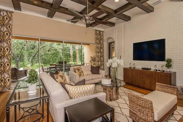 Плетеная мебель из ротанга - фото в гостиной частного дома