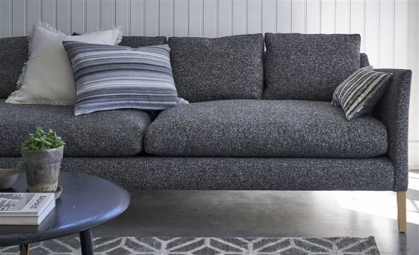 Обивка дивана, ковер и подушки из коллекции 2016 от Designers Guild