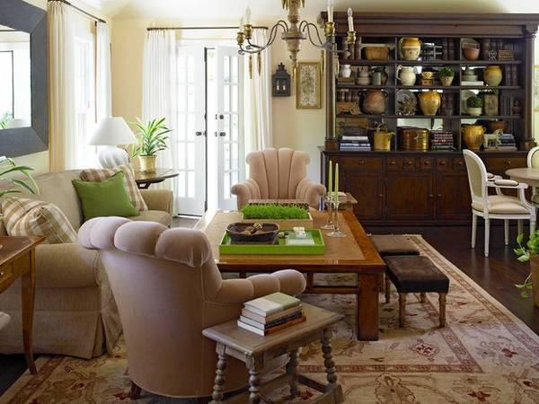 Старый буфет в современном интерьере гостиной
