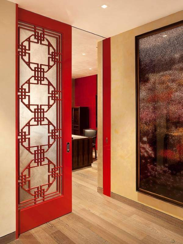 Красные двери в интерьере квартиры - фото