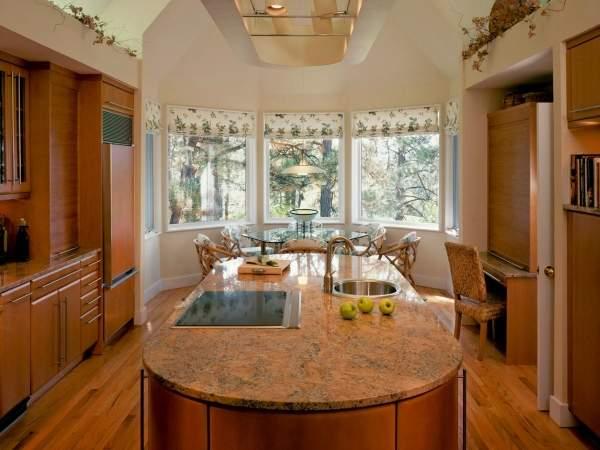 Обеденная зона в эркере кухни частного дома