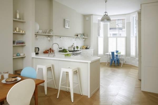 Совмещенная кухня гостиная с эркером - фото интерьера