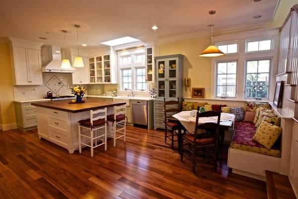 Старинный буфет - фото в дизайне кухни гостиной