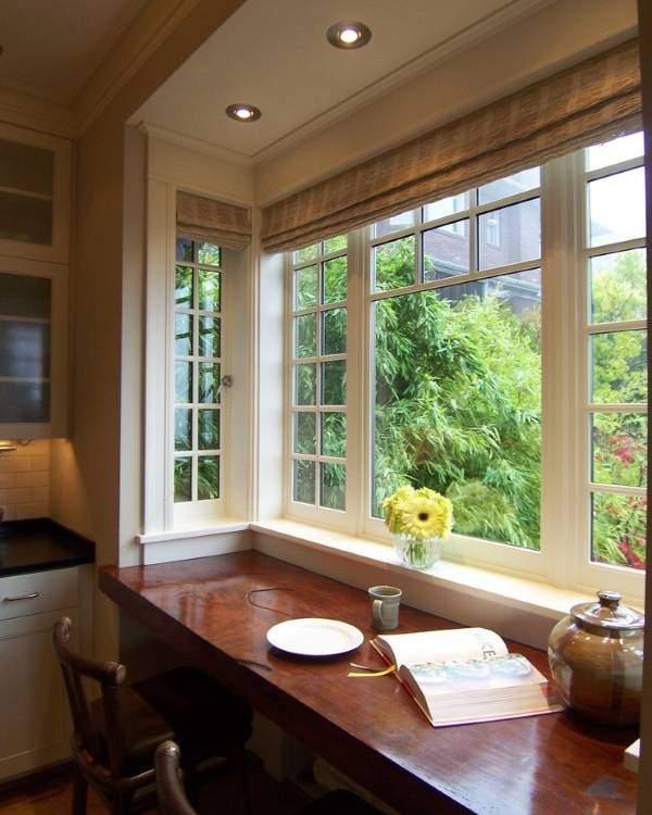 Оформление эркерного окна на кухне под домашний офис