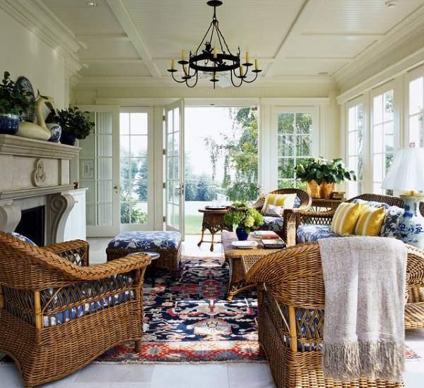 Плетеная мебель в интерьере - фото закрытой веранды гостиной