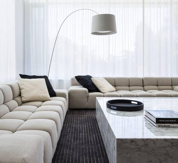 Черно-белые ткани для интерьера на фото гостиной