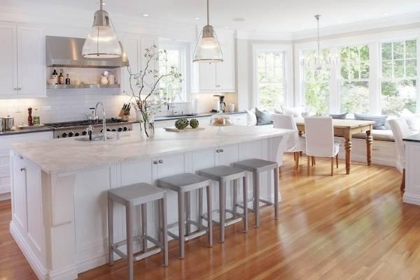 Интерьер кухни с эркером в дизайне частного дома