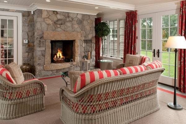 Плетеная мебель в интерьере загородного дома - фото