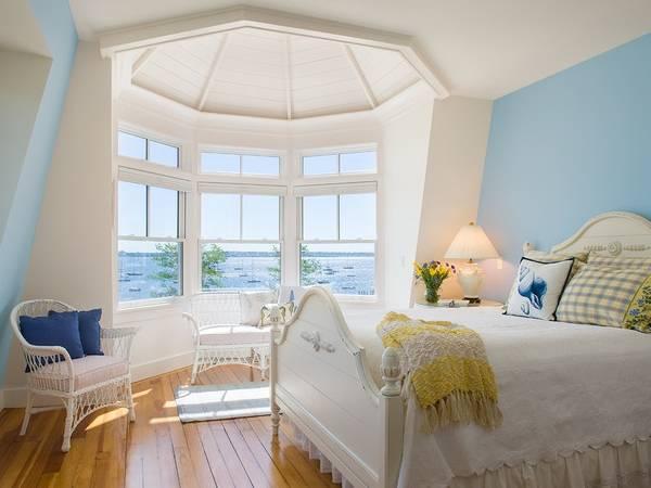 Плетеная мебель в интерьере - фото спальни с эркером