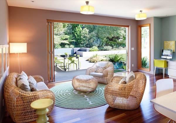 Совремменные плетеные диваны и кресла на фото гостиной