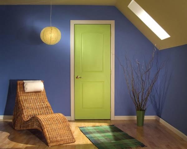 Салатовые межкомнатные двери в интерьере квартиры - фото