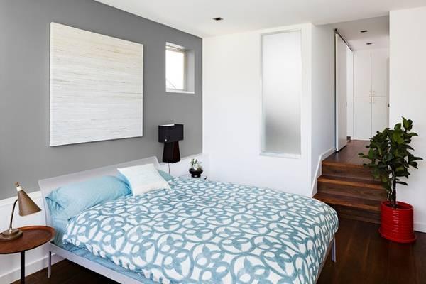 Серый цвет в интерьере на стенах спальни в современном стиле