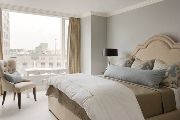 Сочетание серого и бежевого цвета в интерьере спальни